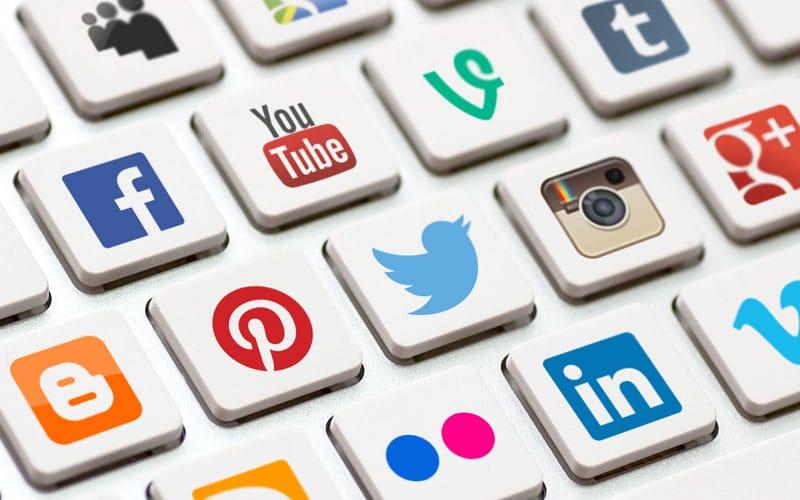 O SEO não é a única maneira de conseguir aparecer na primeira página do Google. O marketing digital envolve também as mídias sociais.